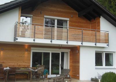 Balkon mit Holzgeländer