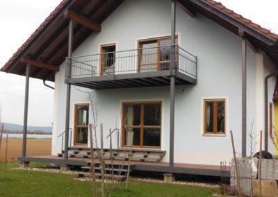 kompletter Stahlbau mit Balkon Stützen Terrassenboden Blechschürzen